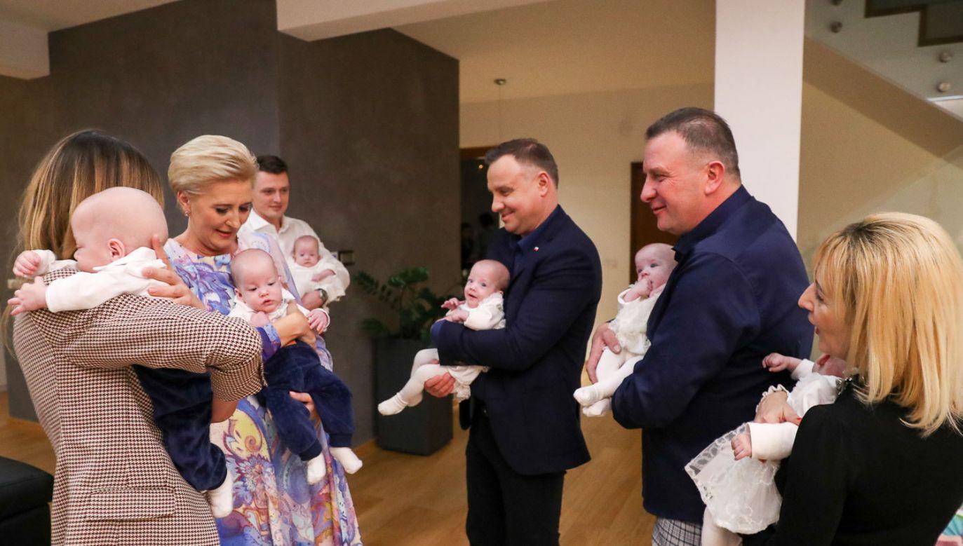 Para prezydencka odwiedziła rodzinę sześcioraczków (fot. KPRP/ Grzegorz Jakubowski)