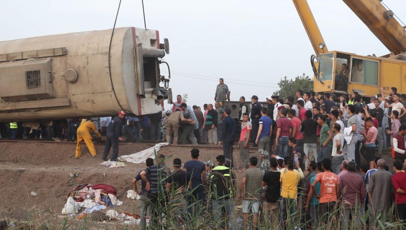 Dźwig podnosi wagon pociągu, który wykoleił się w Toukh (fot. PAP/EPA/KHALED ELFIQI)