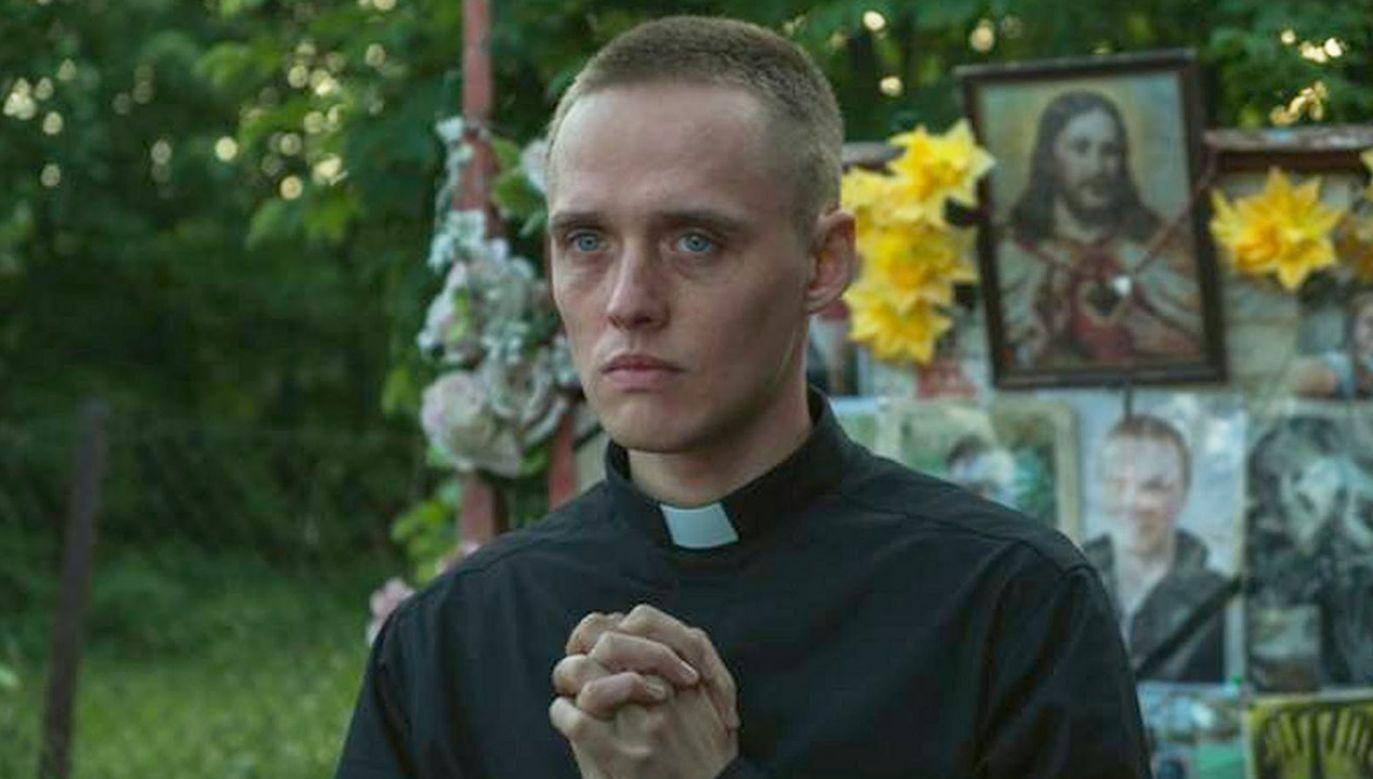 Film opowiada historię dwudziestoletniego Daniela (w tej roli Bartosz Bielenia), który podczas pobytu w zakładzie poprawczym zaczyna snuć marzenia o byciu księdzem (fot. Materiały prasowe)