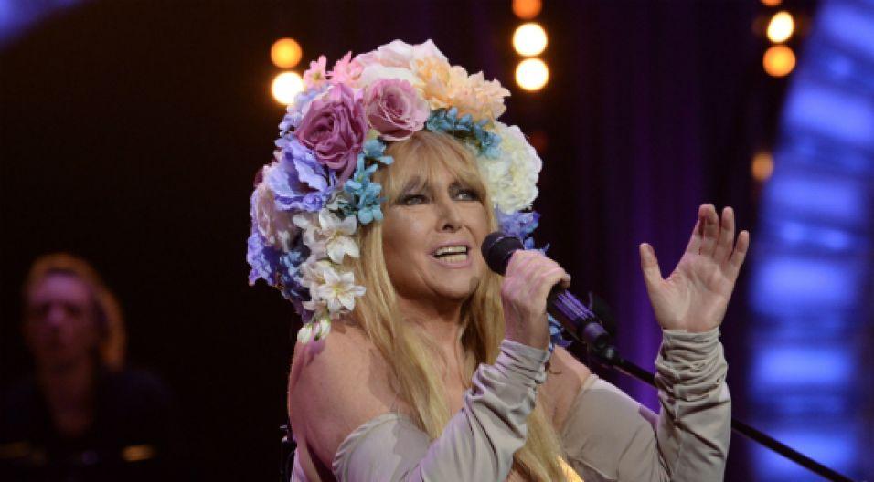 Podczas finałowego koncertu Maryla pojawiła się w stonowanej sukni odkrywającej ramiona i w ogromnym wianku na głowie (fot. I.Sobieszczuk/TVP)