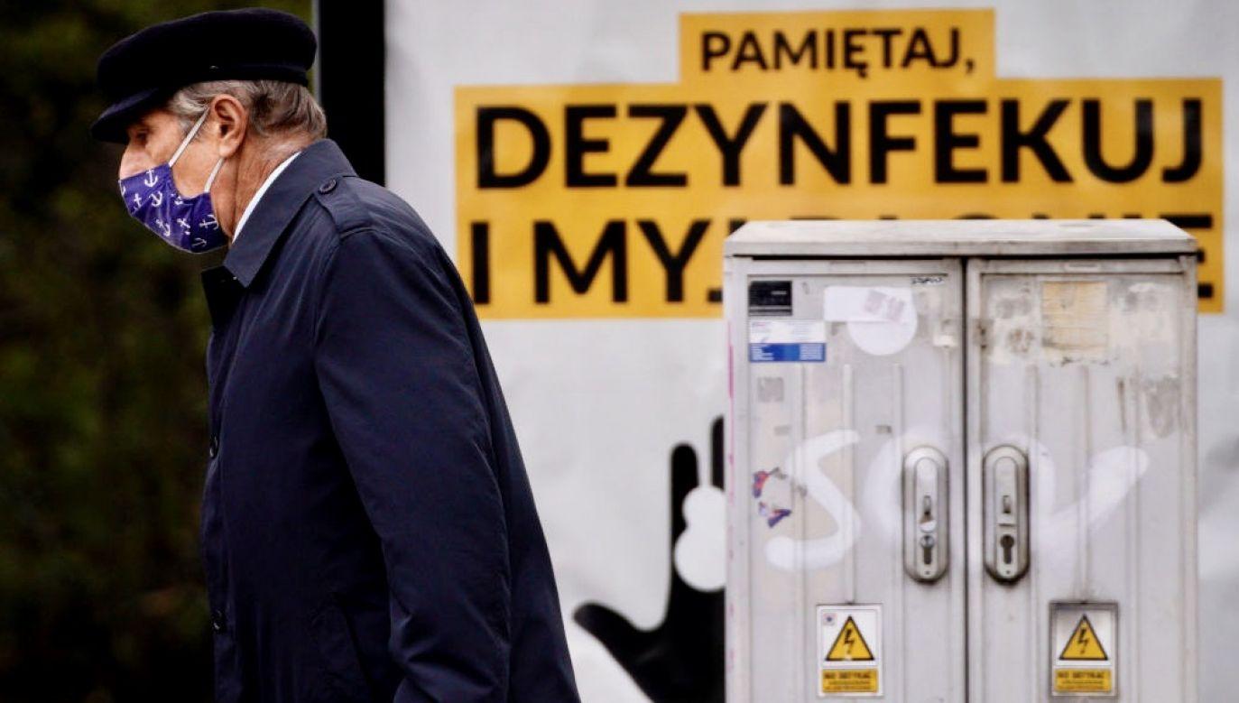 Wiceminister zaapelował o przestrzeganie nakazów, zakazów i ograniczeń podczas stanu epidemii (fot. Jaap Arriens/NurPhoto via Getty Images)