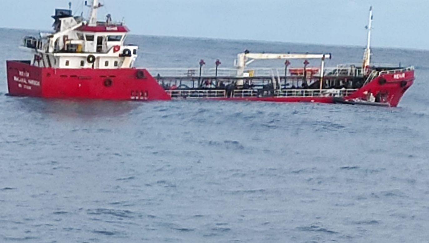 Nehir tonie, po tym jak załoga zalała wodą wszystkie przedziały statku (fot. Guardia Civil)