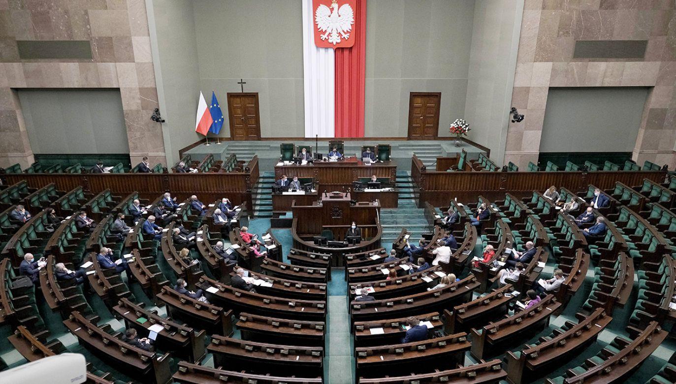 Zjednoczona Prawica liderem sondażu (fot. PAP/Mateusz Marek)