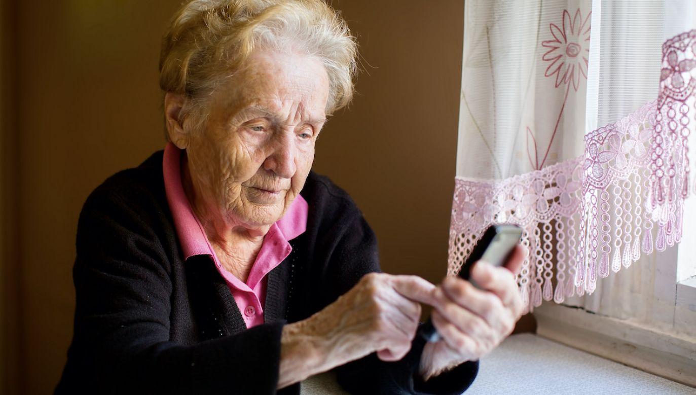 Seniorka uratowała pieniądze, bo wyszła z domu z nienaładowanym telefonem (fot. Shutterstock/De Visu)