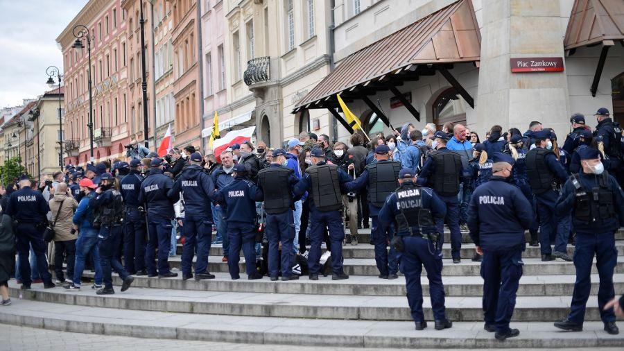 Prezydent Warszawy odniósł się do wydarzeń, do których doszło podczas nielegalnego zgromadzenia (fot. PAP/Marcin Obara)