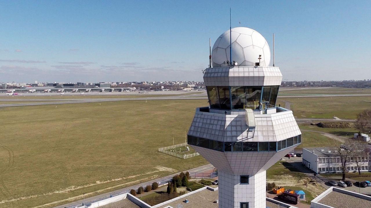 Lotnisko Chopina. Widok na pas startowy. Wieża kontroli lotów (fot. PAP/Dariusz Radzimierski)
