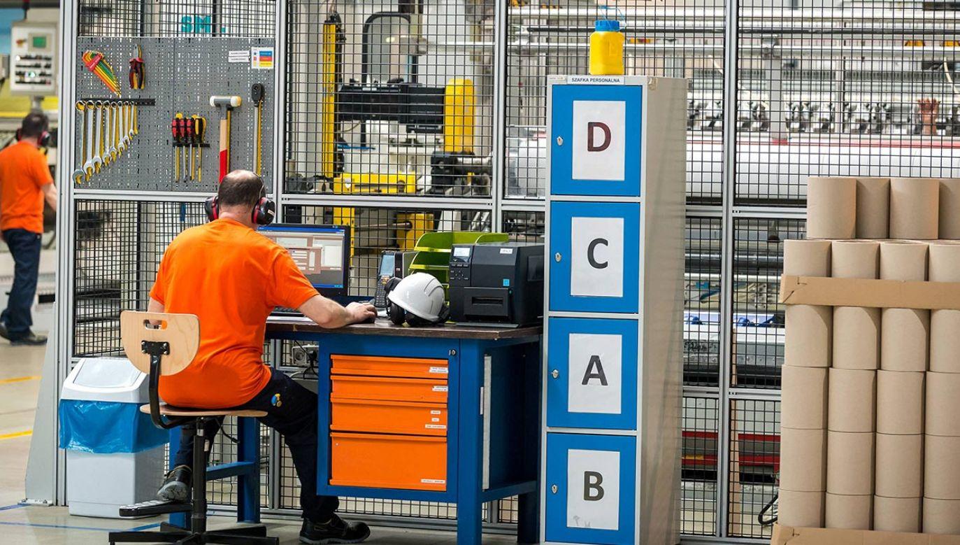 W porównaniu z drugą połową sierpnia oceny aktualnej sytuacji w zakładach pracy nieznacznie się poprawiły – o punkt procentowy przybyło ocen pozytywnych, a ubyło negatywnych (fot.PAP/Tytus Żmijewski)
