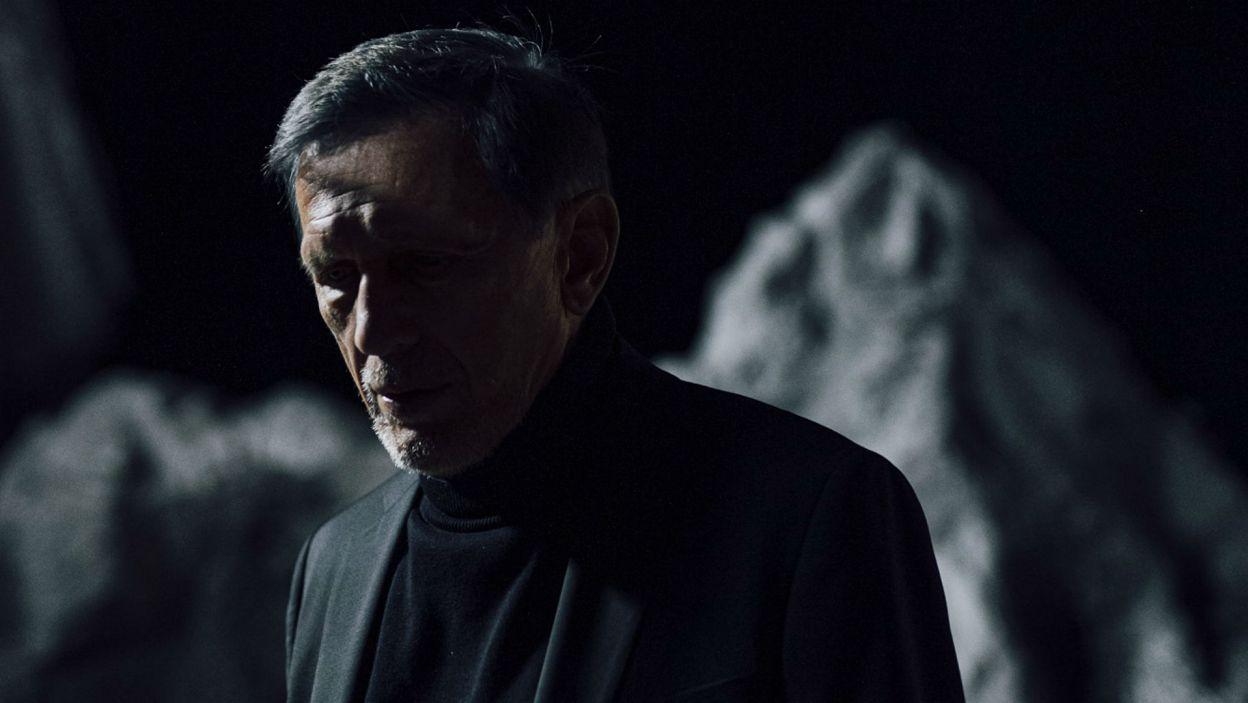 W roli Ducha, który zdradza, iż został podstępnie otruty przez brata, wystąpił Jan Englert (fot. Stanisław Loba)