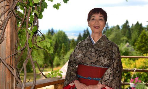 Akiko Miwa, w tle widok na góry z jednego z balkonów jej willi. Fot. Grzegorz Gaj