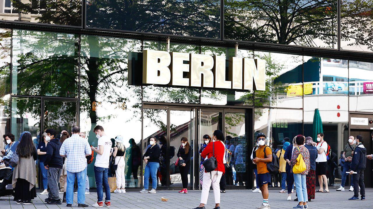 Kolejka do punktu szczepień przeciw COVID-19 w Berlinie (fot. Abdulhamid Hosbas/Anadolu Agency via Getty Images)