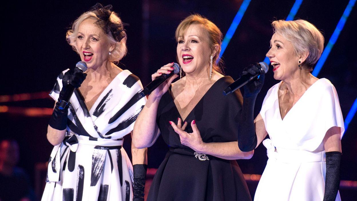 """Siostry Szydłowskie, reprezentujące Urszulę Dudziak,  zaśpiewały w trakcie finału """"The Voice Senior"""" utwory """"Sing, Sing, Sing,  """"Kwiat jednej nocy"""" i """"The Shoop Shoop Song"""" (fot. TVP)"""