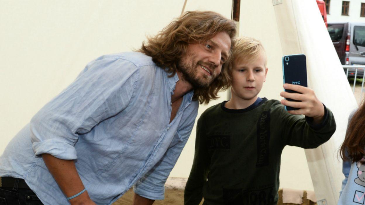"""Fani serialu """"Korona królów"""", po raz pierwszy mieli okazję spotkać aktorów, grających ich ulubione postacie (fot. J. Bogacz/TVP)"""