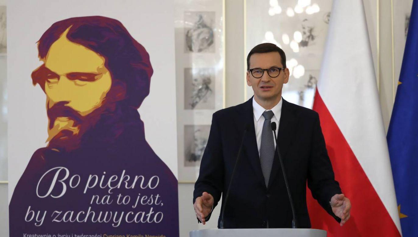 """Szef rządu podkreślił, że poeta """"potrafił łączyć tradycję i jej głębię ze spojrzeniem w przyszłość"""" (fot. PAP/Tomasz Gzell)"""