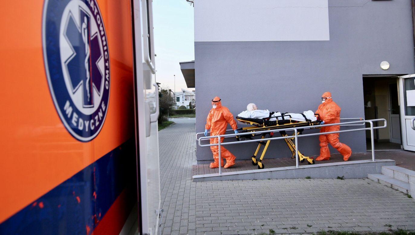 Polacy dziękują pracownikom medycznym za ich pracę i wysiłek wkładany w walkę z koronawirusem (fot. PAP/Tomasz Wojtasik)