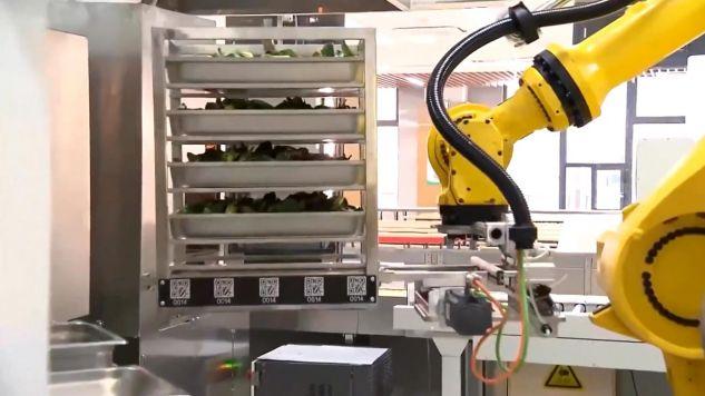 Robot wykłada jedzenie na taśmę w szkolnej stołówce (fot. CNCCTV - CHINA CENTRAL TELEVISION)