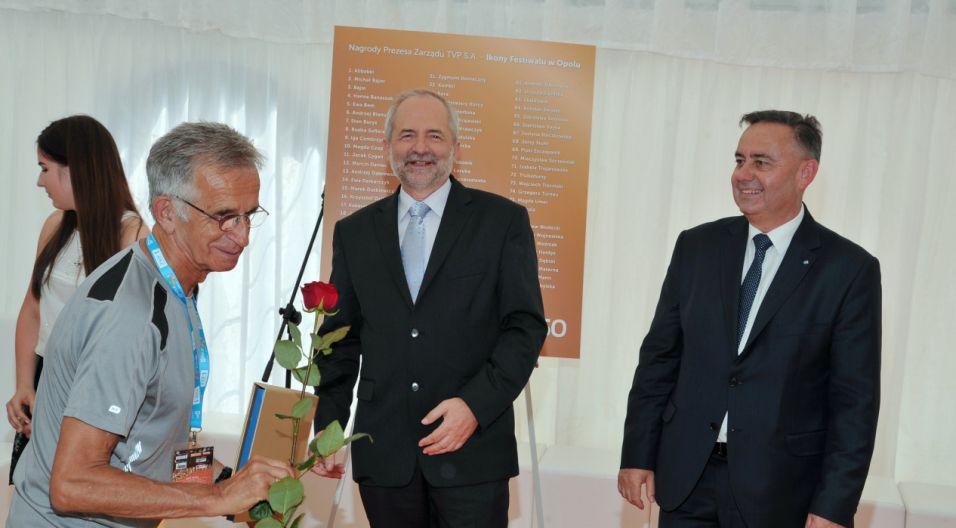 Jacek Fedorowicz z jubileuszową różą (fot. Ireneusz Sobieszczuk/TVP)