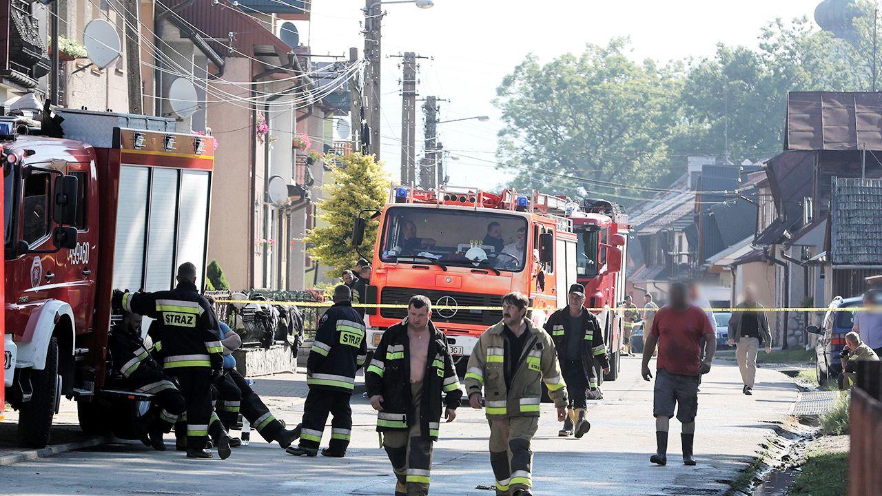 Mieszkańcy wsi, dziękują strażakom za uratowanie wielu domów (fot. PAP/Grzegorz Momot)