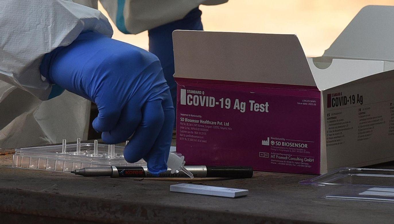 Medyk przygotowywujący test na obecność koronawirusa w trakcie badań w szkole w Indiach (fot. Sonu Mehta/Hindustan Times via Getty Images)