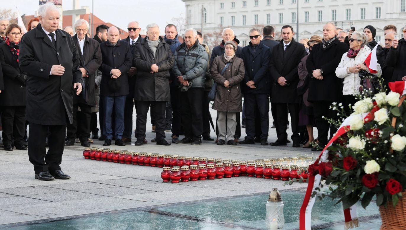 Podczas obchodów złożono kwiaty pod pomnikiem Lecha Kaczyńskiego (PAP/Paweł Supernak)