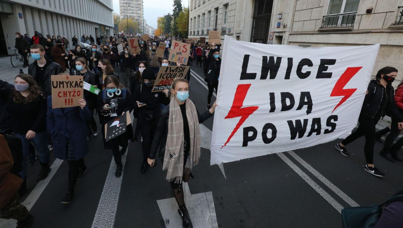 Prezydent Warszawy narzuca kierowcom umieszczanie na pojazdach symboli solidarności z proaborcyjnymi protestami (fot. PAP/Paweł Supernak)