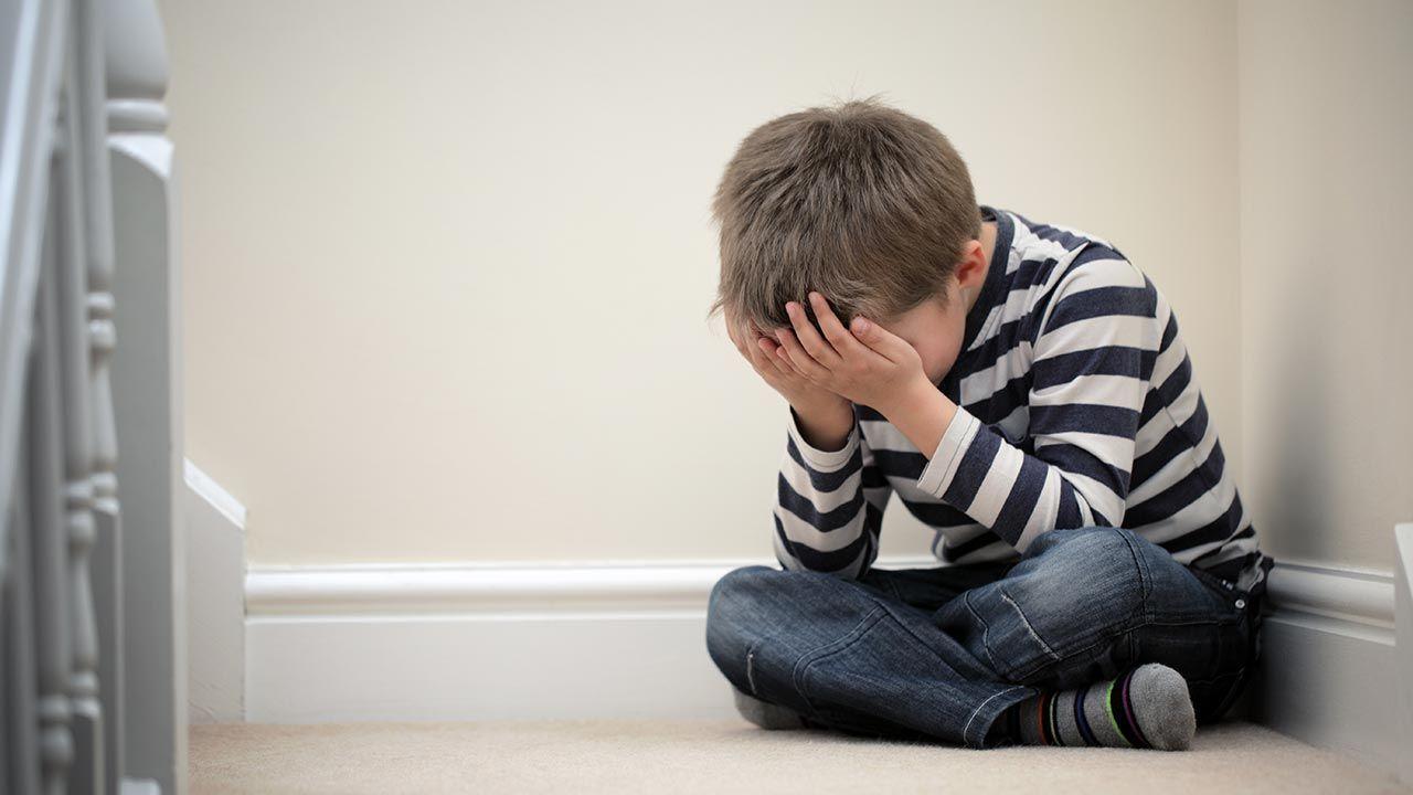 Skutki koronawirusa dotykają wiele dzieci (fot. Shutterstock/child stress)