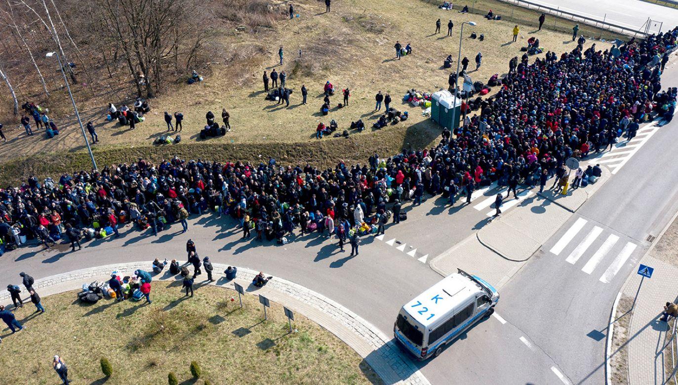 Na przejścia w Dorohusku i Hrebennem przybyło kilka tysięcy obywateli Ukrainy (fot. PAP/Darek Delmanowicz)