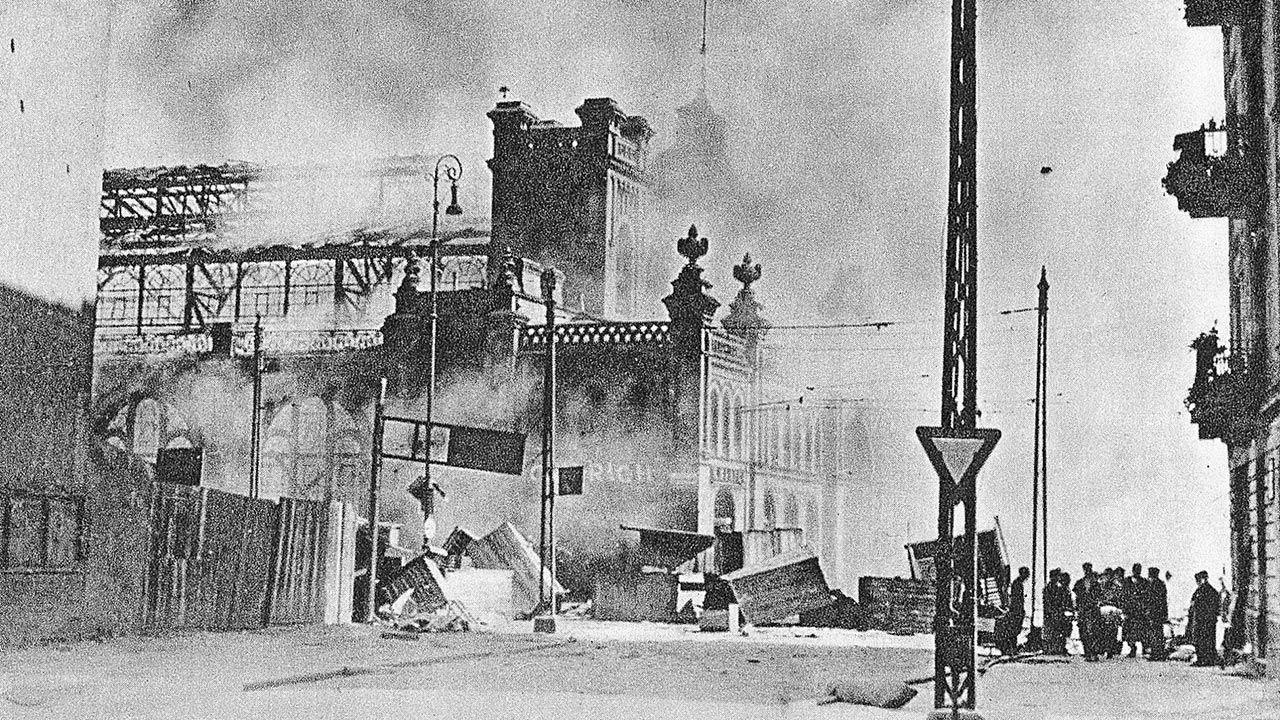 Płonąca Hala Mirowska podczas Powstanie warszawskiego (fot. UtCon Collection / Alamy Stock Photo)