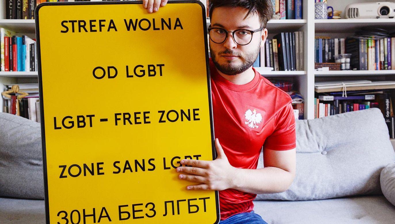 Nielegalnie przyczepione tabliczki Barta Staszewskiego pojawiały się w różnych regionach Polski (fot. Omar Marques/Getty Images)
