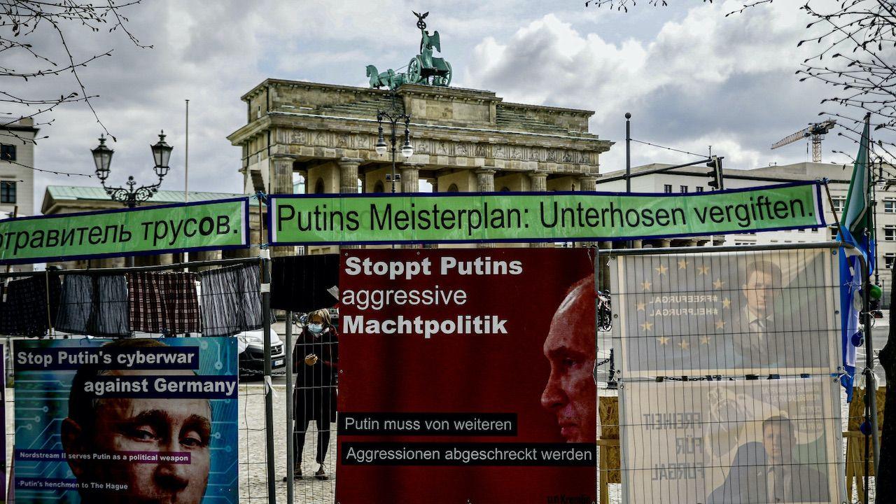 Trudno rozerwać łańcuch współpracy Niemiec i Rosji (fot. PAP/EPA/FILIP SINGER)