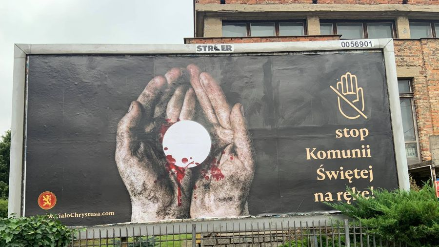 """Kontrowersyjny baner w Poznaniu. KEP odpowiada: """"komunia na rękę nie jest profanacją"""" (fot. N.Patyk)"""