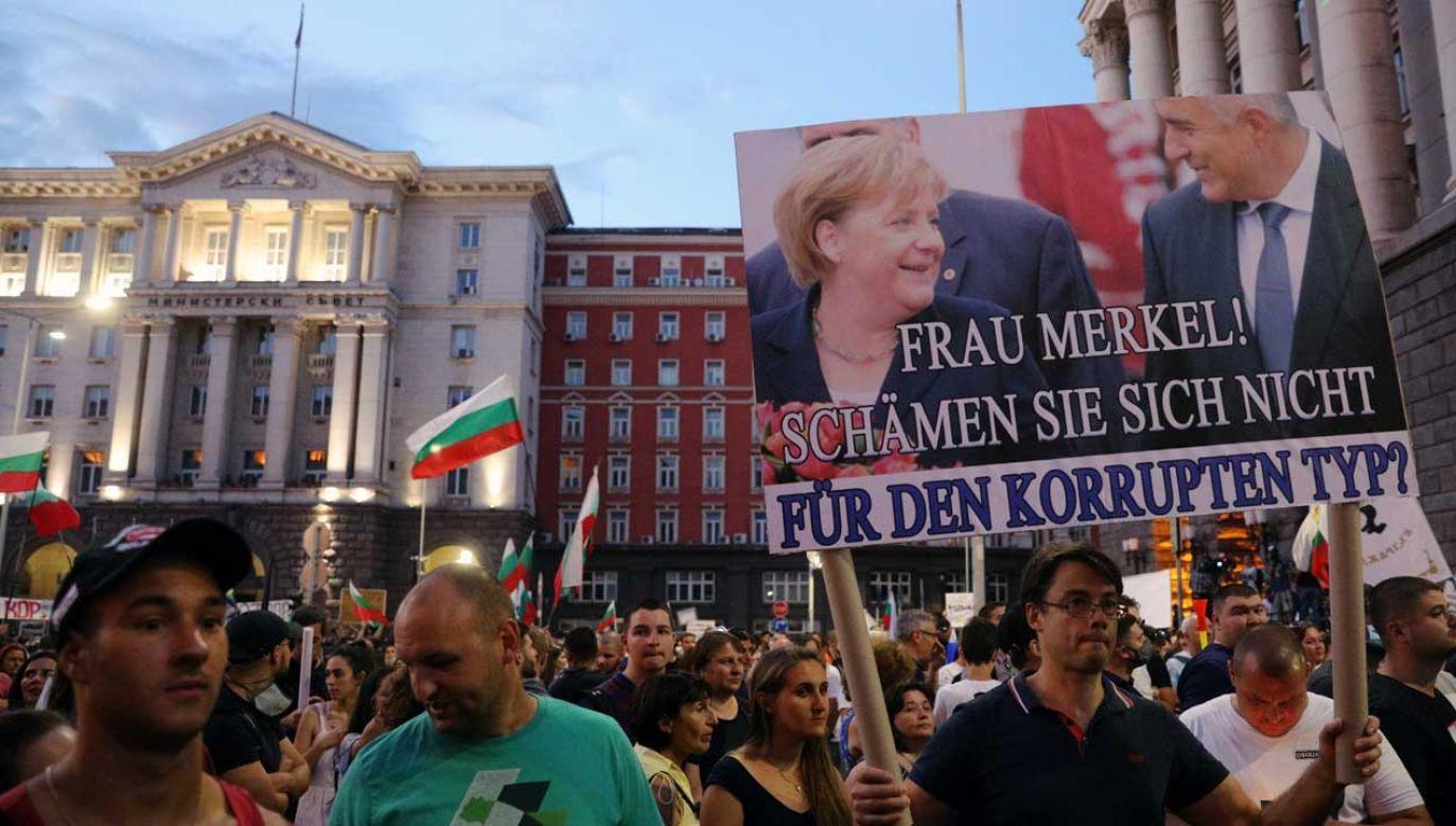 """Protestujący Bułgarzy na banerach pytają: """"Pani Merkel, nie wstyd pani za tego skorumpowanego typa?"""" (fot. REUTERS/Stoyan Nenov)"""