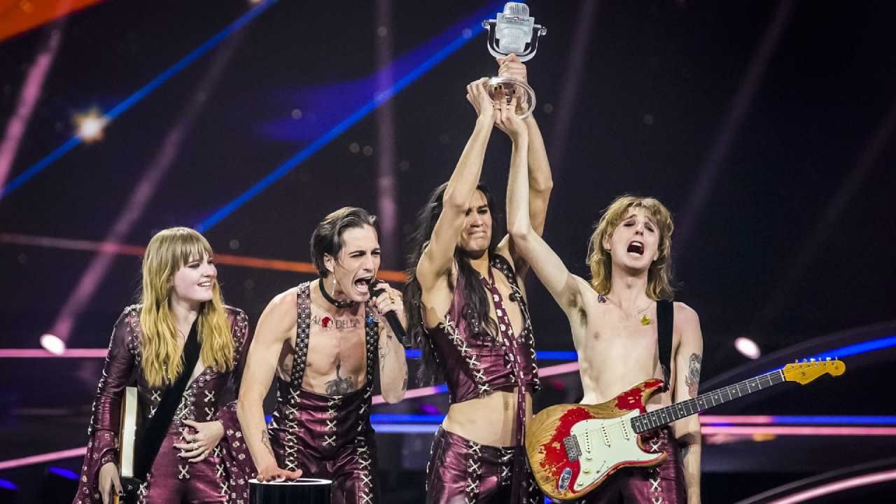 Zwycięski zespół  Måneskin z Włoch (fot. PAP/EPA/ROBIN VAN LONKHUIJSEN)