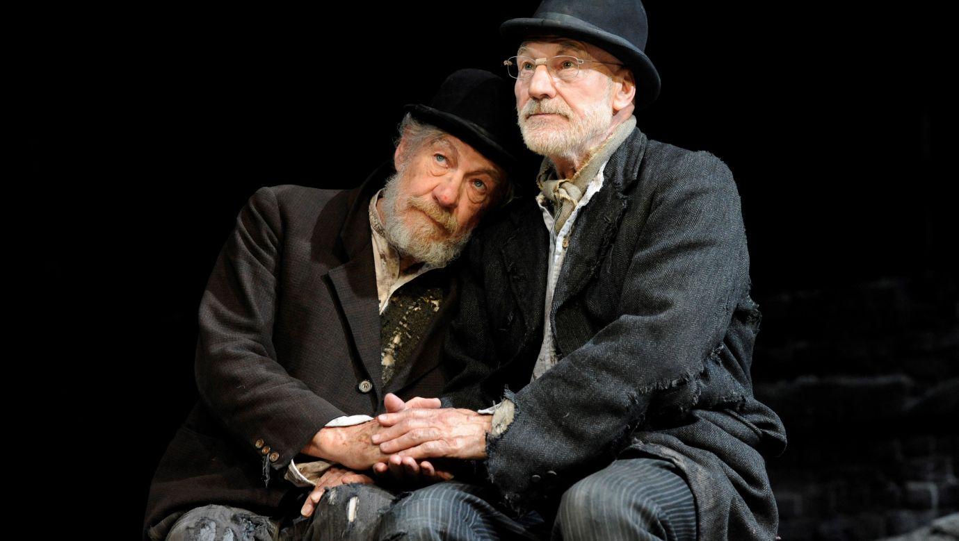 """""""Czekając na Godota"""" Samuela Becketta w reżyserii Seana Mathiasa było wystawiane od 2009 roku. Początkowo w Wielkiej Brytanii, następnie w 2010 roku w Australii, Nowej Zelandii i w Południowej Afryce, w latach 20013-14 w The Court Theatre na Broadwayu. Na fotografii obsada, która brała udział w wersji brytyjsko-amerykańskiej: Ian McKellen jako Estragon i Patrick Stewart jako Vladimir. Fot. robbie jack/Corbis via Getty Images"""