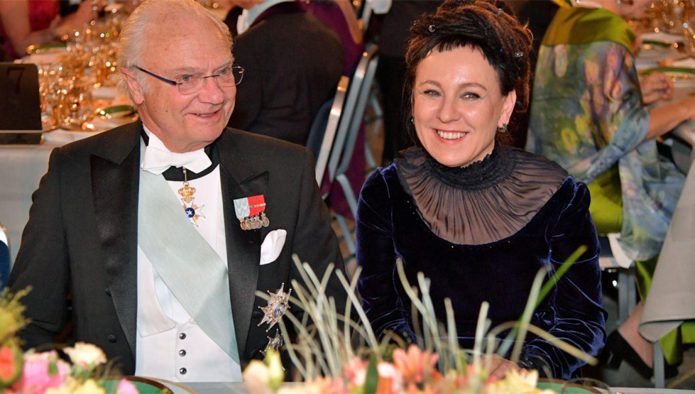 Olgę Tokarczuk posadzono obok króla Karola XVI Gustawa (fot. PAP/EPA/Anders Wiklund / POOL