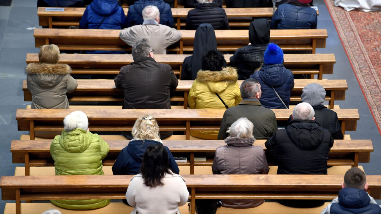 Duchowny prosi o wyrozumiałość (fot. PAP/Darek Delmanowicz)