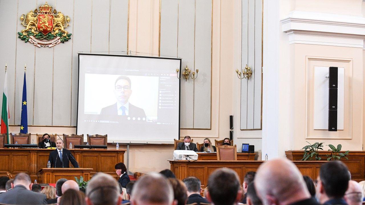 Prezydent Rumen Radew w parlamencie Bułgarii 15 kwietnia br. (fot. Borislav Troshev/Anadolu Agency via Getty Images)
