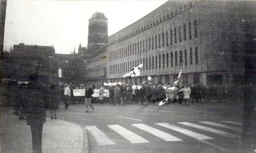 Ludzie przeszli z Bazyliki Mariackiej pod pomnik króla Jana Sobieskiego. Fot. IPN