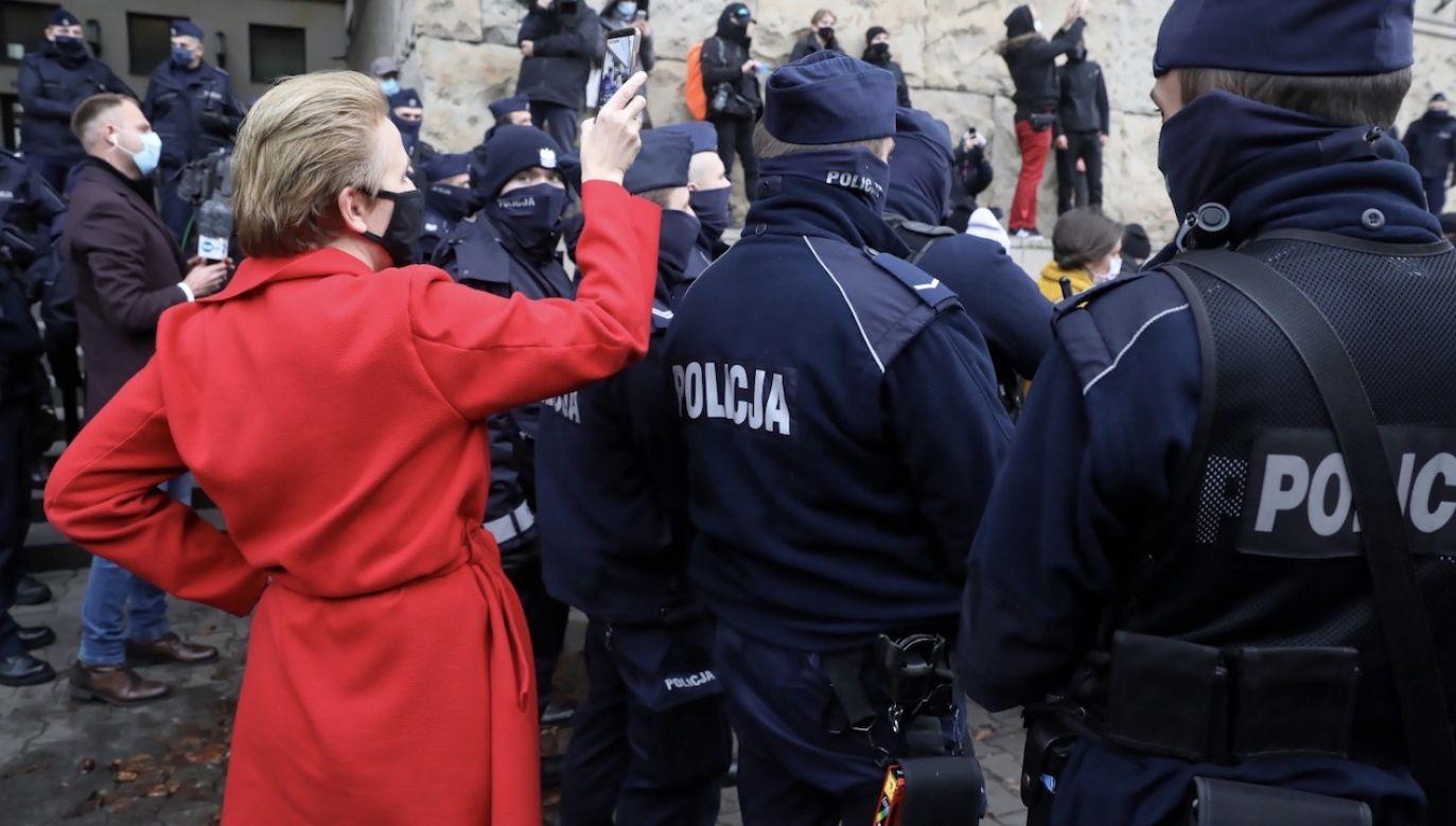 Policjanci, aby zapewnić bezpieczeństwo mają przy sobie broń (fot. PAP/Tomasz Gzell, zdjęcie ilustracyjne)