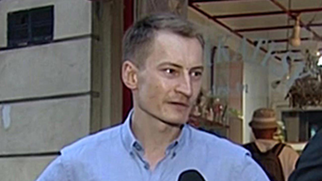 Kramek po kilku godzinach opuścił komisariat (fot. TVP Info)