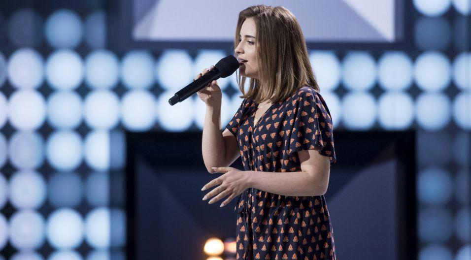 """Zuzanna Maruda to członkini Pilskiej Orkiestry Rozrywkowej. W programie zaśpiewała utwór """"Dary losu"""" (fot. TVP)"""