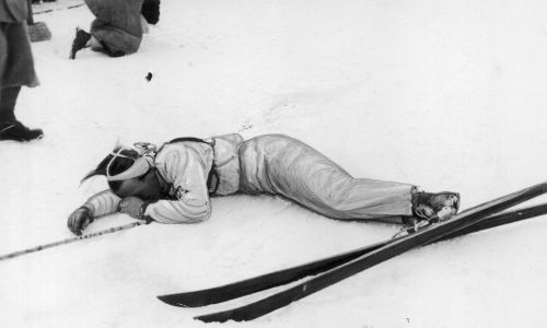 Narciarz Edward Nowacki wyczerpany po biegu na 18 km leży na śniegu. Mistrzostwa Świata w Narciarstwie Klasycznym FIS w Zakopanem, luty 1939.