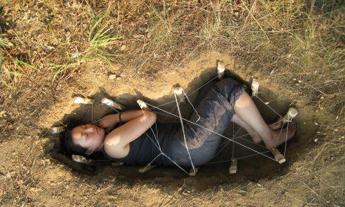 """Jae Rhim Lee prezentuje złożenie ciała do groby w pochówku przyjaznym środowisku, czyli w """"stroju grzybowym"""". Fot. materiały prasowe Coeio"""