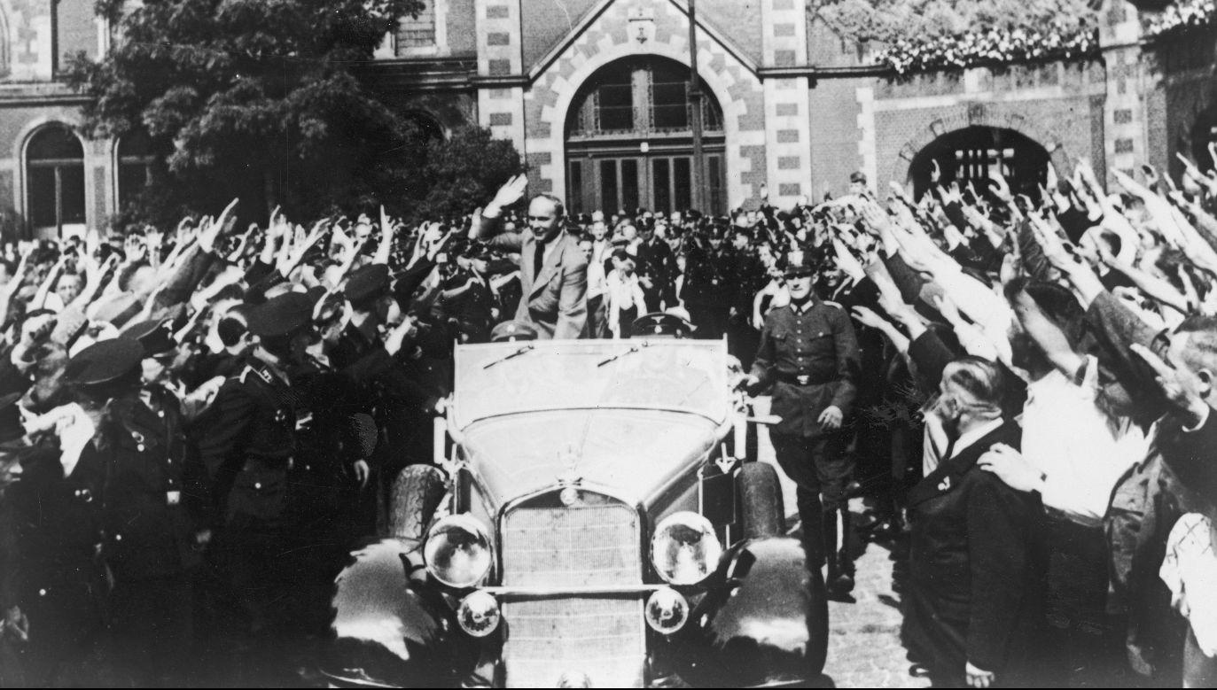 W czasie każdej niemal rozmowy z polskimi dyplomatami i politykami Niemcy domagają się Gdańska. Na zdjęciu: Prezydent gdańskiego Senatu Arthur Greiser odjeżdża spod Dworca Głównego. Lata 30. Fot. NAC