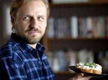 – Tęskniłem! Nawet ci kanapeczki zrobiłem! – Małecki po powrocie żony zaczyna działać (fot. TVP)