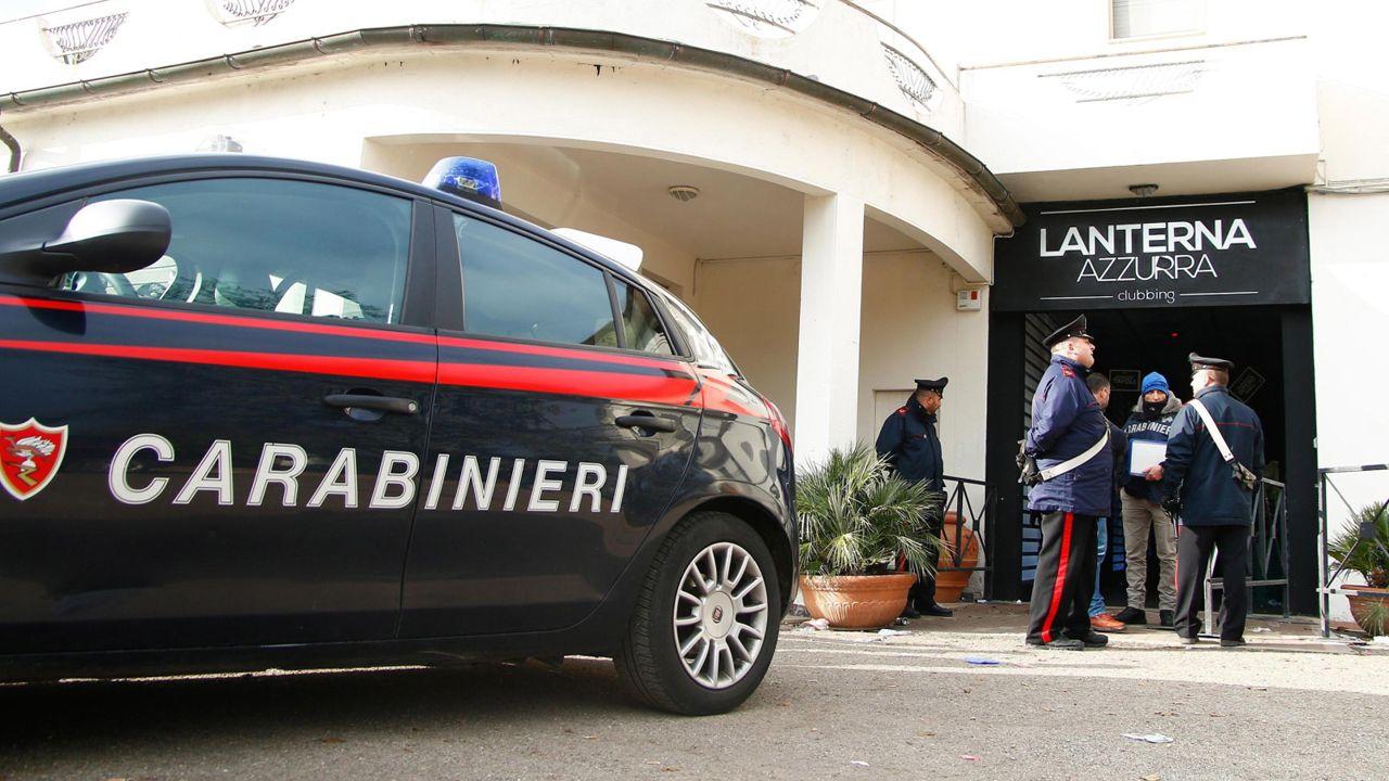 """Włoscy karabinierzy przed klubem nocnym """"Lanterna Azzurra"""" w Corinaldo (fot. PAP/EPA/PASQUALE BOVE)"""