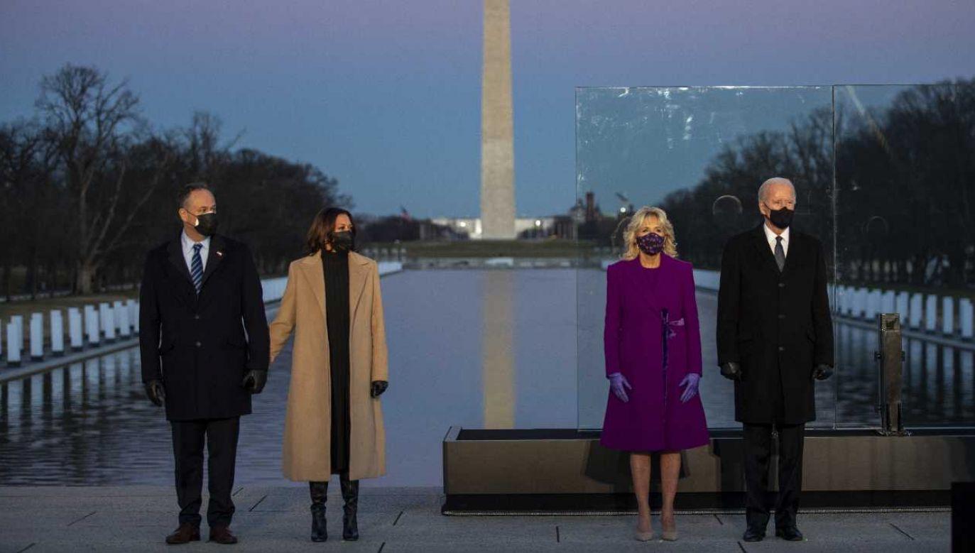 Joe Biden (z prawej) zostanie w środę zaprzysiężony na prezydenta USA (fot. PAP/EPA/SHAWN THEW)