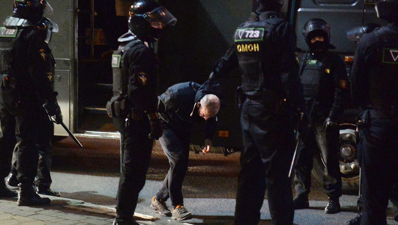 W różnych miejscach w Mińsku struktury siłowe i ludzie bez oznaczeń brutalnie rozpędzają protesty (fot. PAP/EPA/STR)