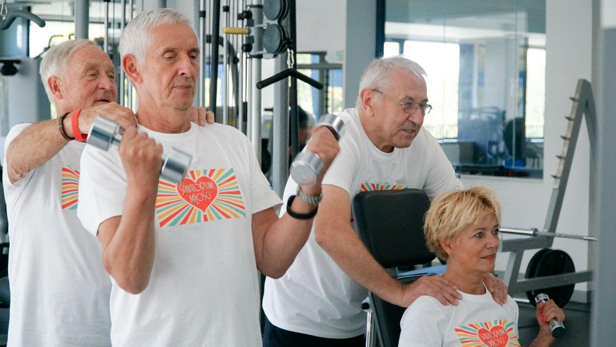Niektórzy, zamiast sesji plenerowej, wybrali ćwiczenia siłowe (fot. TVP)