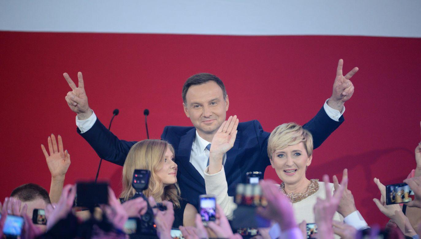 Moment ogłoszenia wyników exit polls II tury wyborów w 2015 r. (fot. PAP/Jacek Turczyk)