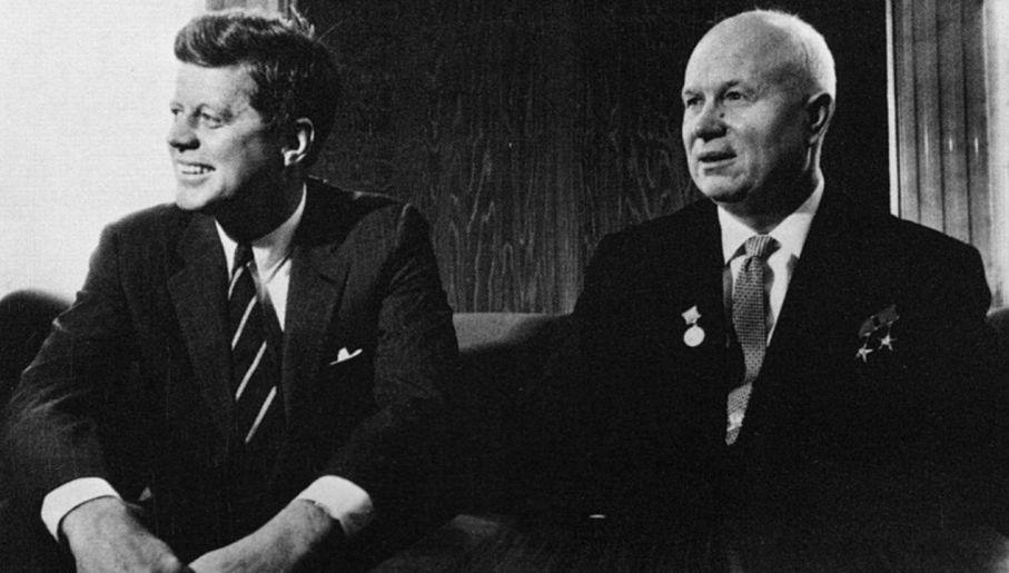 John F. Kennedy i Nikita Chruszczow daleko posunęli się w zimnowojennych rozgrywkach (fot. TCNJ.edu)